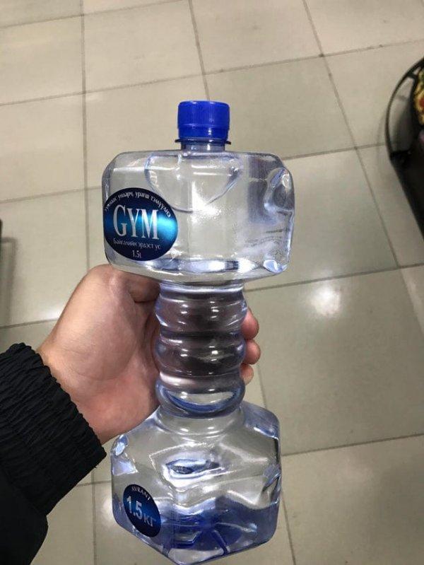 Бутылка воды в виде гантели