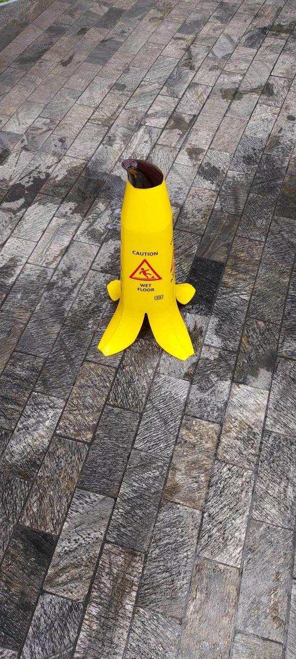 Конус, который предупреждает о мокром поле, сделан в виде кожуры банана