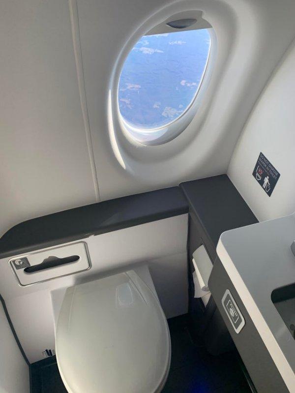Окошко в туалете самолёта