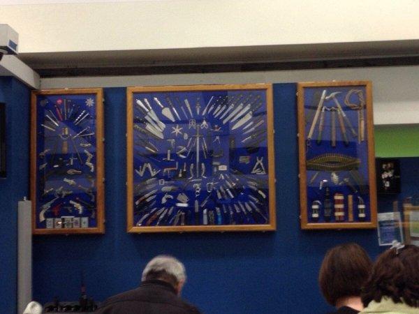 Выставка вещей, конфискованных у пассажиров