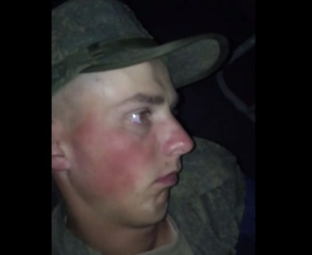Солдат уснул сидя, с открытыми глазами, а сослуживцы решили его снять на видео и разбудить