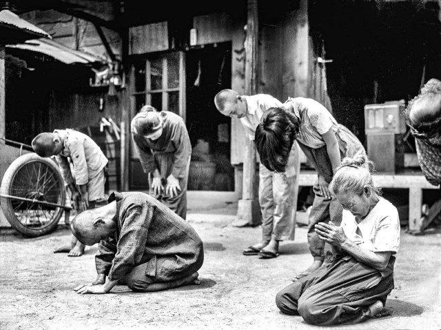 Японцы слушают сообщение императора о капитуляции. Япония, 1945 год.