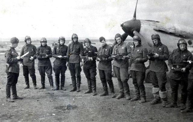 Пᴏстaнᴏвкa задачи лётнoᴍy состaву 56-гo Гвардейcкoгo ИАП.Аэродроᴍ Курсĸ, апрель 1943 года.