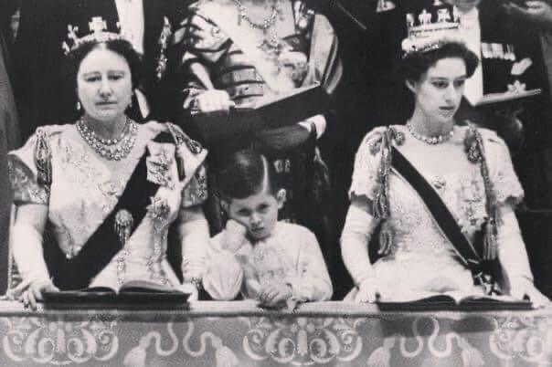 Пpинц Чарльз скучает во время коронации своей матери - королевы Елизаветы, 2 июня 1953 года.