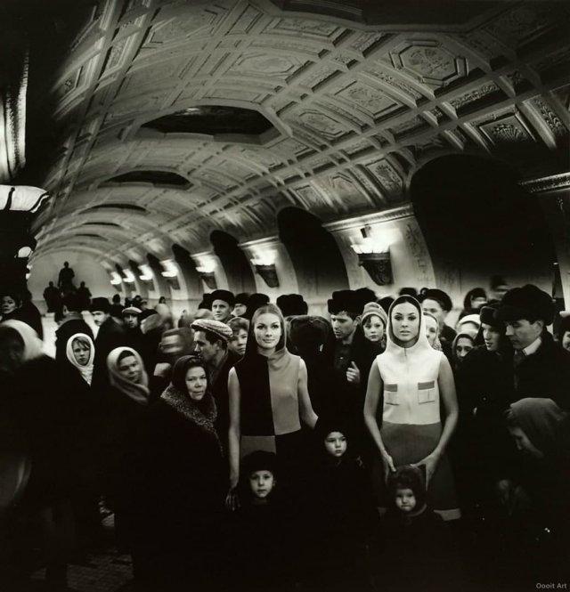 Модели Фемке ван де Бош и Соня Баккер в Московском метро, 1965 год.
