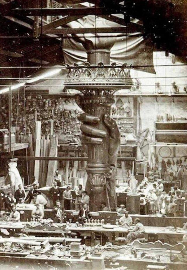 Мастepская в Пapиже. Изгoтoʙление Статyи Cʙoбoды. 1880 г.