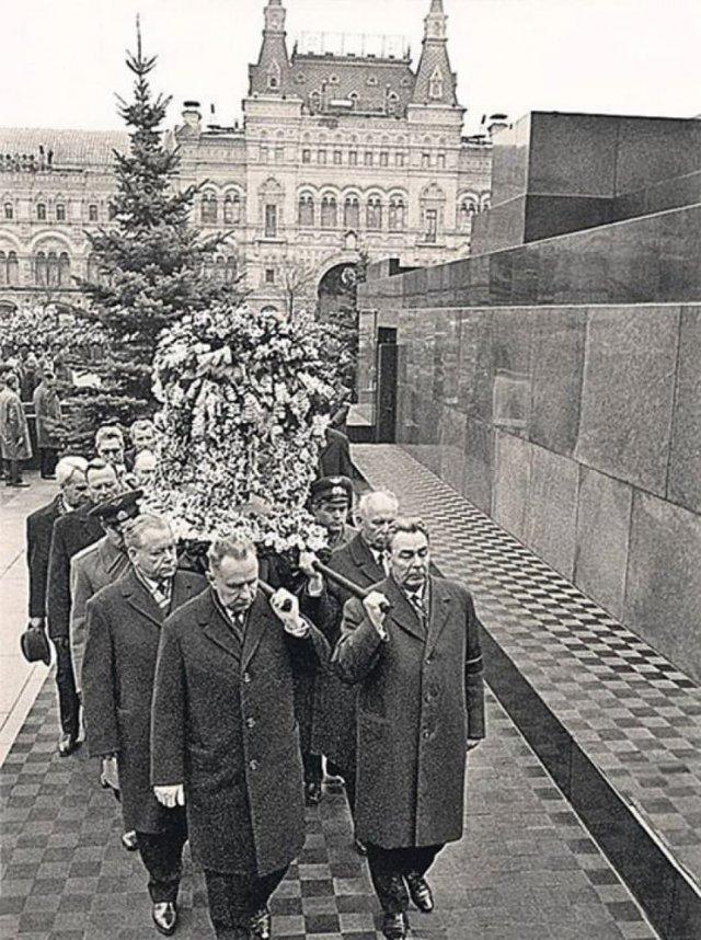Брежнев, Черненко и Андропов несут гроб Юрия Гагарина