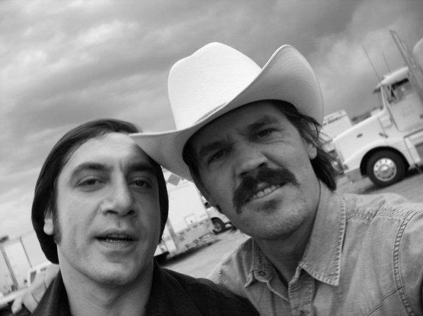 Джош Бролин и Хавьер Бардем на съёмках фильма «Старикам тут не место» (2007).