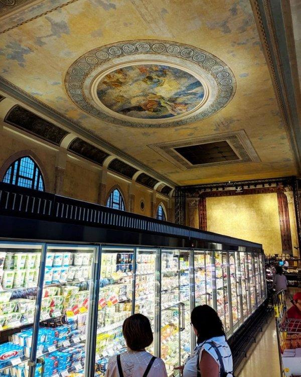 В стенах старинного венецианского театра открылся супермаркет