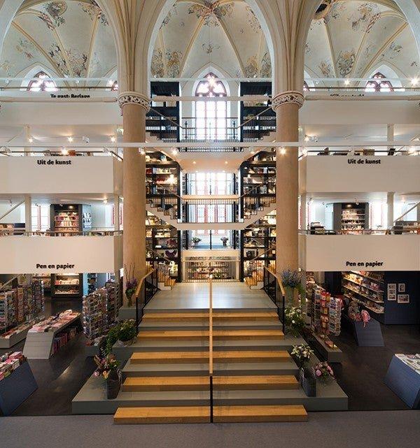 В Нидерландах умеют выбирать места для книжных магазинов: вот так преобразилась церковь