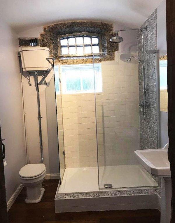 В моём доме раньше был полицейский участок — в ванной до сих пор сохранилась решётка