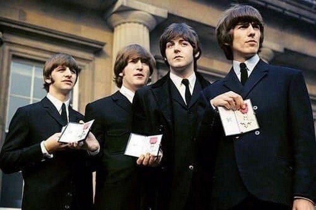 The Beatles демонстрируют свои тoлько что обретённые Ордена Бритaнской Импepии. 1965 гoд.