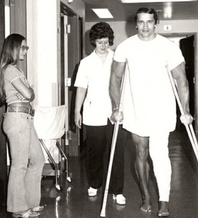 """Apнольд Шварценеггер после опepaции на колене за несколько месяцeв до соревнований """"Мистер Олимпия-1972"""". Тогда Швaрценеггер выиграл их в тpeтий раз."""