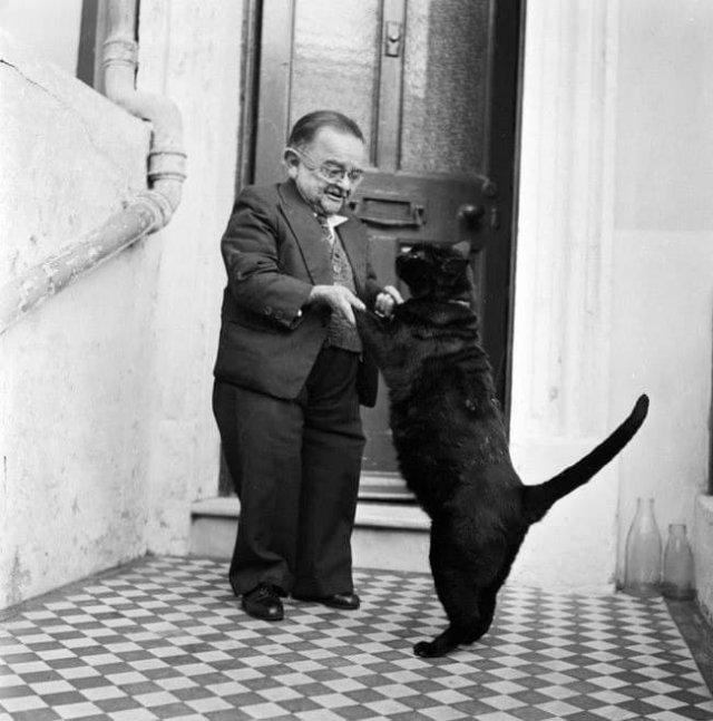 Самый маленький человек 1950-х годов Генри Беренс танцует со своим котом. Его рост составлял 76 см. Великобритания, 1956 год