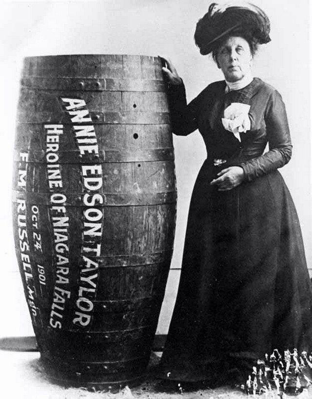 Энни Эдсон Тейлор – американская искательница приключений. Первая, кто выжил, преодолев Ниагарский водопад в бочке, в 1901 году (ей было 63 года).