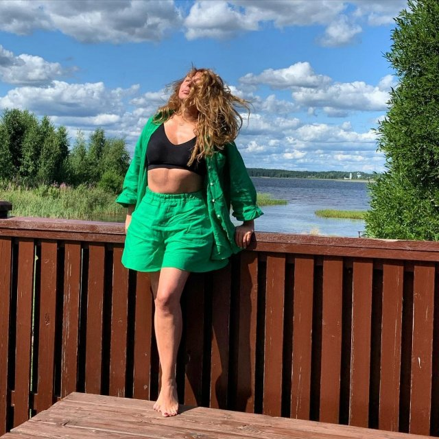Алена Апина в зеленых шортах и черном топе