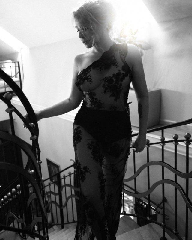 Алена Апина в черном платье