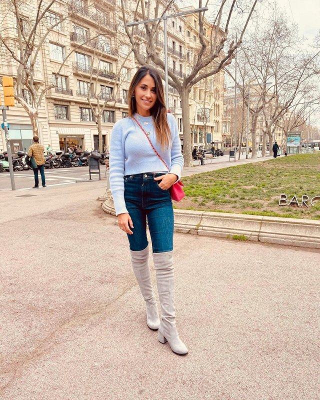 Антонелла Рокуццо - жена футболиста Лионеля Месси в наряде casual в Барселоне