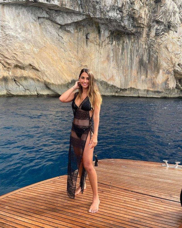 Антонелла Рокуццо - жена футболиста Лионеля Месси в черном купальнике на яхте