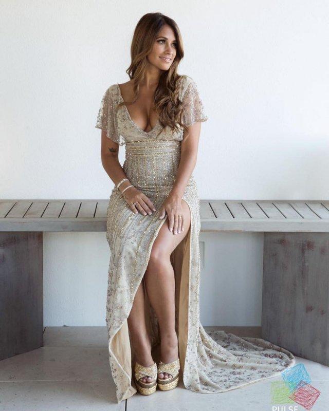 Антонелла Рокуццо - жена футболиста Лионеля Месси в светлом платье
