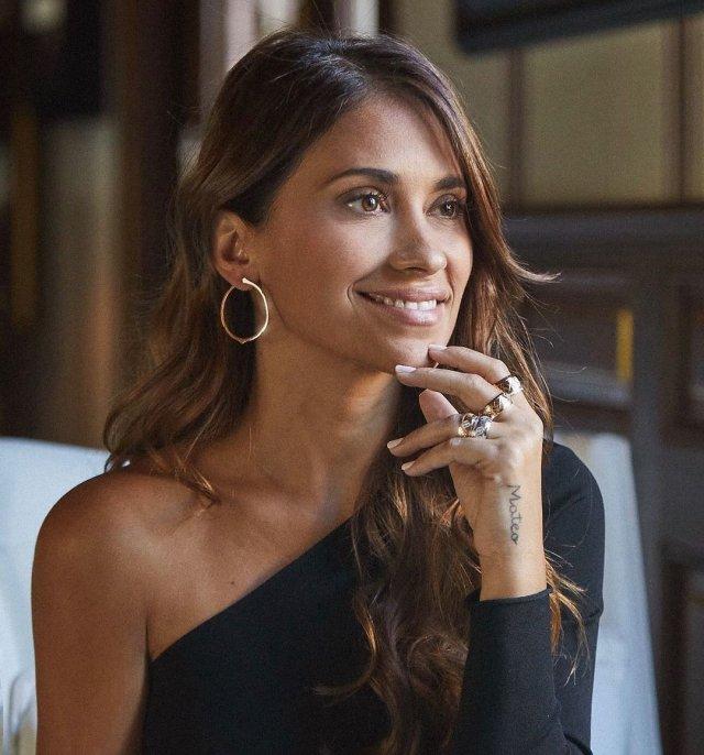 Антонелла Рокуццо - жена футболиста Лионеля Месси в черном платье