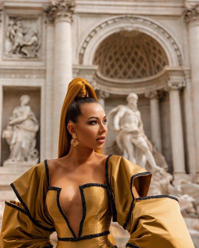 Блогер Лерчик ler_chek (Валерия Чекалина) в платье с декольте в италии