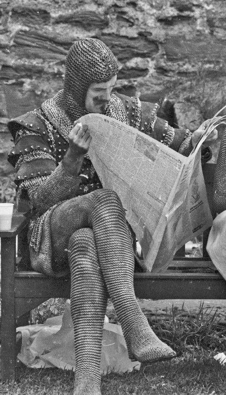 Джон Клиз в перерыве между съёмками комедии «Монти Пайтон и Священный Грааль»