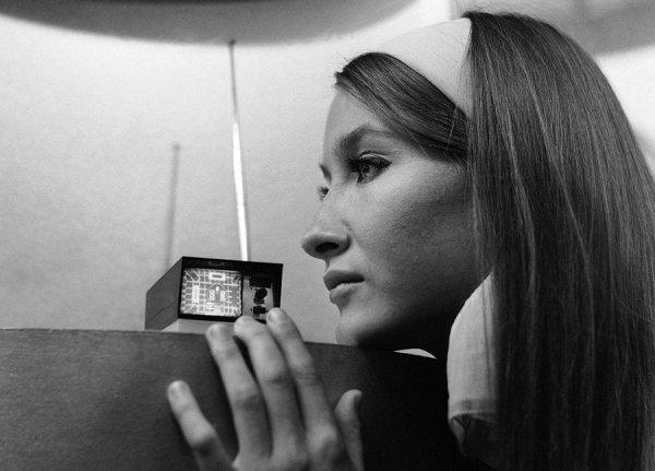 Карманный мини-телевизор, разработанный предпринимателем Клайвом Синклером, 1966 год