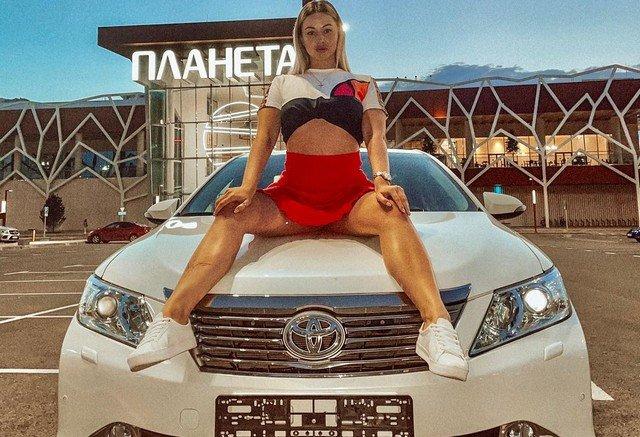 Валерия Тяло - автоблогер и сестра знаменитого хоккеиста Игоря Тяло на капоте машины