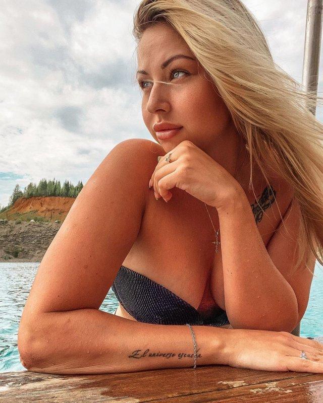 Валерия Тяло - автоблогер и сестра знаменитого хоккеиста Игоря Тяло в черном купальнике