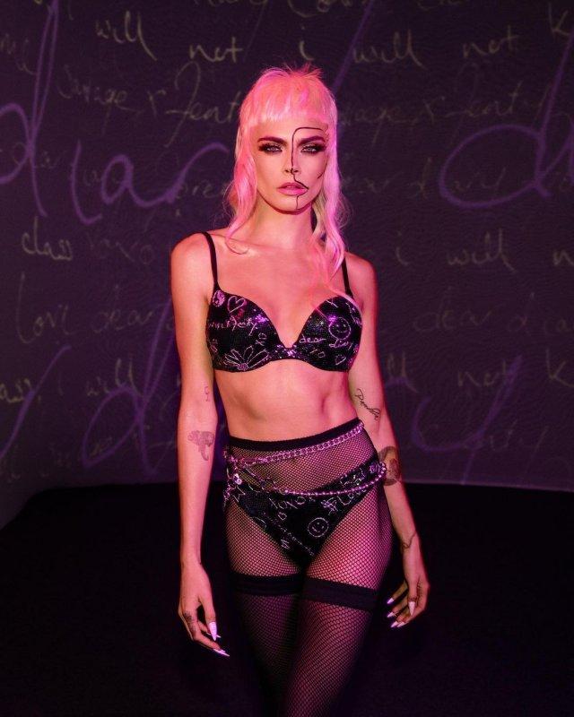 Кара Делевинь - актриса, блогер и одна из самых стильных моделей современности  в черном нижнем белье