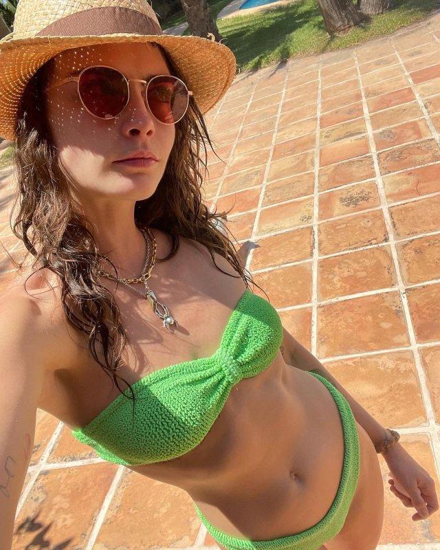 Кара Делевинь - актриса, блогер и одна из самых стильных моделей современности  в зеленом купальнике