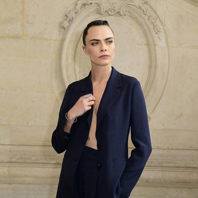 Кара Делевинь - актриса, блогер и одна из самых стильных моделей современности  в пиджаке на голое тело