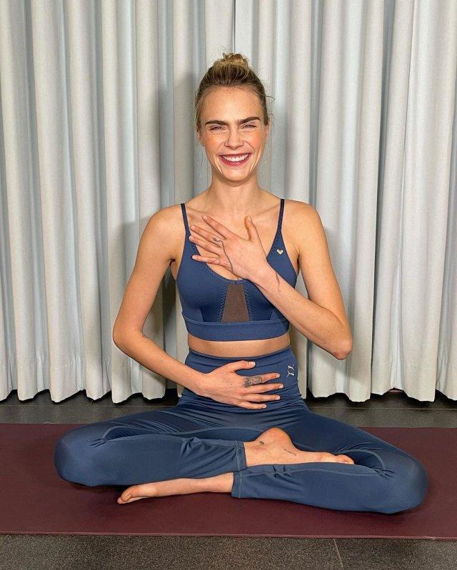 Кара Делевинь - актриса, блогер и одна из самых стильных моделей современности  в синем спортивном костюме