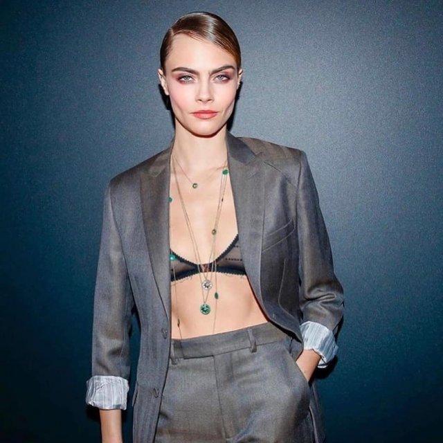 Кара Делевинь - актриса, блогер и одна из самых стильных моделей современности  в сером пиджаке
