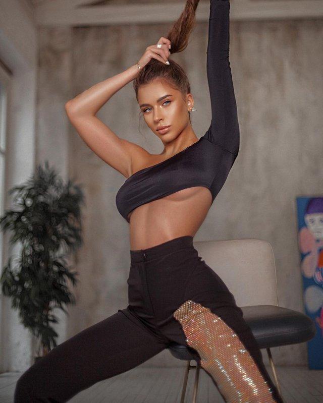 """Участница шоу """"Холостяк"""" с Тимати - модель Адель Вейгель в черной кофте"""