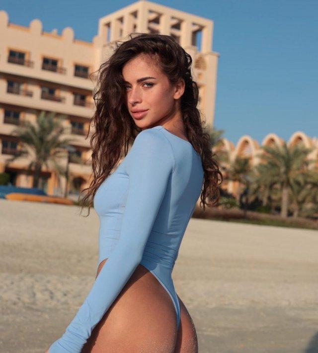"""Участница шоу """"Холостяк"""" с Тимати - модель Адель Вейгель в синем купальнике показывает ягодицы"""
