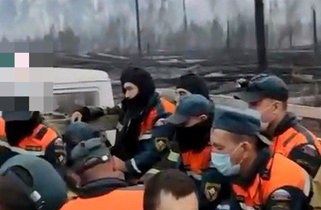 Работники МЧС возвращаются после тушения пожаров в Якутии