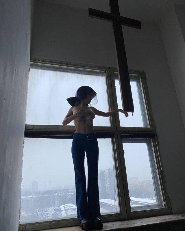 Участница Pussy Riot Рита Флорес (Маргарита Коновалова): горячая активистка голая стоит у окна в шляпе