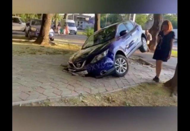 Карма наказала даму, припарковавшуюся на тротуаре