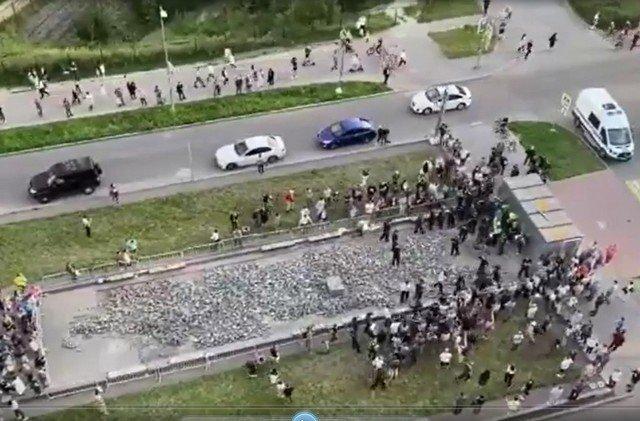 Жители Мурино отстояли бульвар Менделеева - они показали рабочим их места и сами уложили плитку