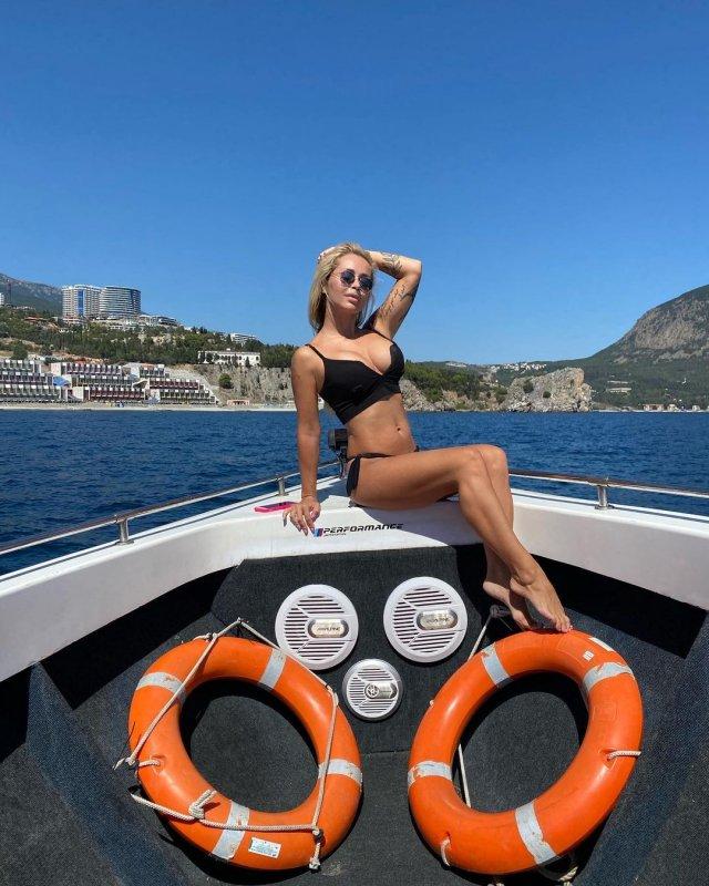 DJ МАША СИЛУЯNOVA (Мария Силуанова) - горячая девушка певица Данко  в черном купальнике