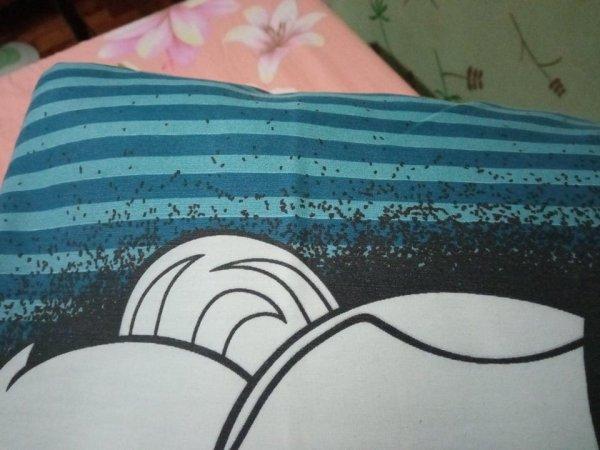 Подушка выглядит так, как будто по ней ползут насекомые