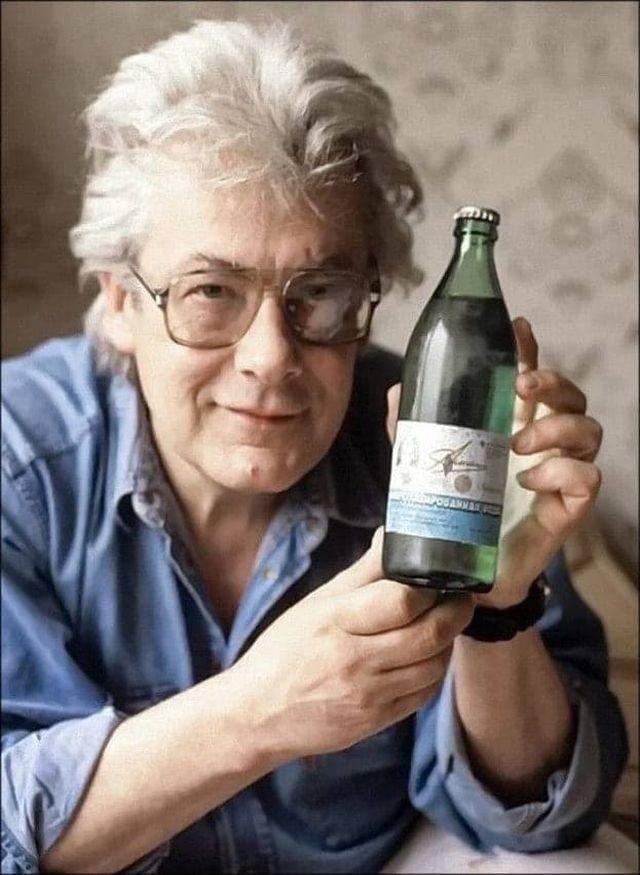 Аллан Чумак со своей «заряженной» водой, 1992