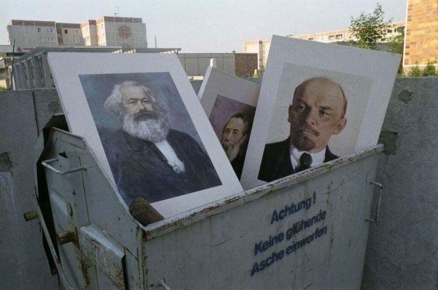 Портреты идеологов и вождей коммунизма в мусорном баке у школы в Хеллерсдорфе в Восточном Берлине. Германия. Июнь 1991 год.
