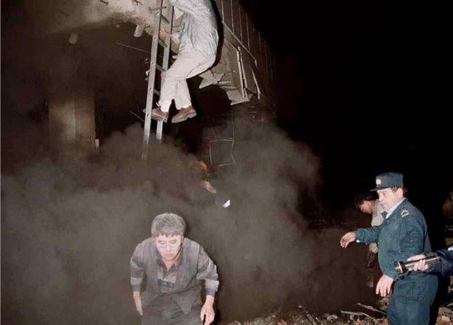 Раненые и дезориентированные рабочие эвакуируют посольство Китая в Белграде, май 1999 года, Сербия