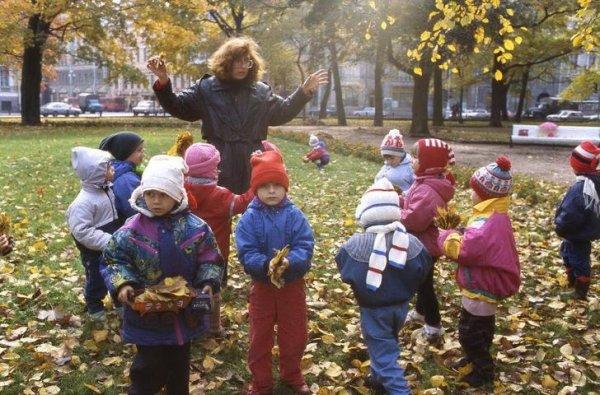 Воспитательница с детьми в парке