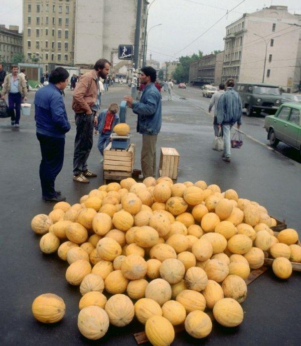 Стихийная торговля дынями, Москва