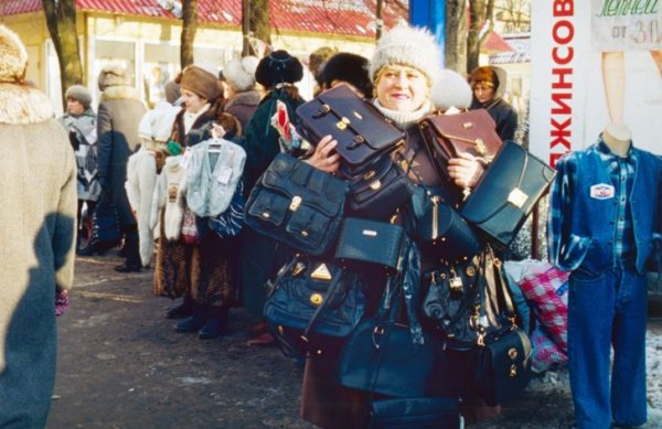 Женщина на рынке в Лужниках в Москве