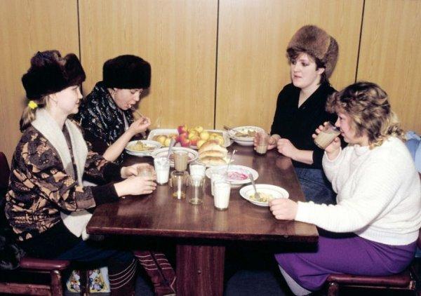 Женщины обедают в кафе